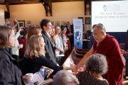 Его Святейшество Далай-лама приветствует студентов Оксфорда и Кембриджа перед началом выступления на Всемирном научном симпозиуме. Кембридж, Великобритания. 20 апреля 2013 г. Фото: Джереми Рассел (офис ЕСДЛ)