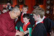 Его Святейшество Далай-лама пожимает руки участникам хора колледжа Святого Иоанна после их выступления. Кембридж, Великобритания. 19 апреля 2013 г. Фото: Джереми Рассел (офис ЕСДЛ)