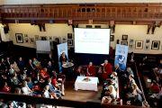 Его Святейшество Далай-лама говорит о ненасильственных способах разрешения конфликтов в Кембриджском союзе. Кембридж, Великобритания. 20 апреля 2013 г. Фото: Джереми Рассел (офис ЕСДЛ)