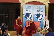 Его Святейшество Далай-лама на встрече с журналистами. Кембридж, Великобритания. 19 апреля 2013 г. Фото: Джереми Рассел (офис ЕСДЛ)