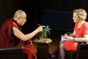 Его Святейшество Далай-лама дает интервью Кэти Ньюман с четвертого новостного канала. Кембридж, Великобритания. 19 апреля 2013 г. Фото: Джереми Рассел (офис ЕСДЛ)