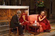 Его Святейшество Далай-лама выступает в колледже Святого Иоанна. Кембридж, Великобритания. 19 апреля 2013 г. Фото: Джереми Рассел (офис ЕСДЛ)