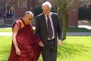 Его Святейшество Далай-лама и глава колледжа Святого Иоанна Кристофер Добсон. Кембридж, Великобритания. 20 апреля 2013 г. Фото: Джереми Рассел (офис ЕСДЛ)