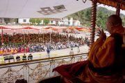 Его Святейшество Далай-лама дарует учение в Центральной тибетской школе в Далхузи, празднующей свое 50-летие. Штат Химачал-Прадеш, Индия. 27 апреля 2013 г. Фото: Тензин Чойджор (офис ЕСДЛ)