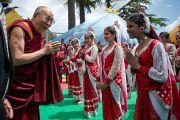 Его Святейшество Далай-лама приветствует учениц средней школы Далхузи, которые исполнили для него национальный танец. Штат Химачал-Прадеш, Индия. 28 апреля 2013 г. Фото: Тензин Чойджор (офис ЕСДЛ)