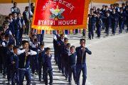 Ученики Центральной тибетской школы в Далхузи идут мимо трибун, на которых разместились Его Святейшество Далай-лама и другие гости, прибывшие на празднование 50-летия школы. Штат Химачал-Прадеш, Индия. 28 апреля 2013 г. Фото: Тензин Чойджор (офис ЕСДЛ)