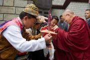 Его Святейшество Далай-ламу встречают традиционным подношением в Далхузи, куда он прибыл на празднование 50-летия Центральной тибетской школы. Штат Химачал-Прадеш, Индия. 27 апреля 2013 г. Фото: Тензин Чойджор (офис ЕСДЛ)