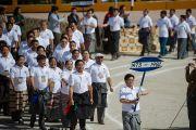 Бывшие ученики Центральной тибетской школы в Далхузи идут мимо трибун, на которых разместились Его Святейшество Далай-лама и другие гости, прибывшие на празднование 50-летия школы. Штат Химачал-Прадеш, Индия. 28 апреля 2013 г. Фото: Тензин Чойджор (офис ЕСДЛ)