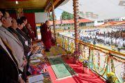 Его Святейшество Далай-лама и другие гости смотрят на парад сегодняшних и бывших учеников Центральной тибетской школы в Далхузи, во время празднования 50-летия школы. Штат Химачал-Прадеш, Индия. 28 апреля 2013 г. Фото: Тензин Чойджор (офис ЕСДЛ)