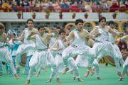 Ученики средней школы Далхузи исполняют национальный танец для Его Святейшества Далай-ламы. Штат Химачал-Прадеш, Индия. 28 апреля 2013 г. Фото: Тензин Чойджор (офис ЕСДЛ)