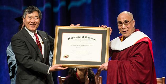 Далай-лама прочитал лекцию о мире в рамках серии ежегодных лекций в память об Анваре Садате и принял участие в беседе о суфизме и буддизме в Мэрилендском университете в США