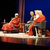 «Измени свой ум, измени мир». Далай-лама принял участие в беседе о том, как сделать наш мир более счастливым и безопасным местом