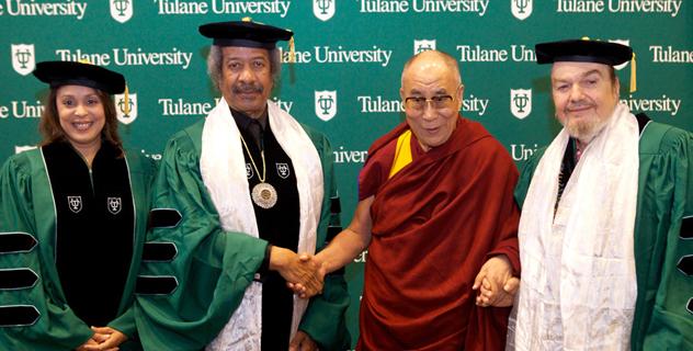 В Новом Орлеане Далай-лама принял участие в церемонии вручения дипломов в Тулейнском университете и прочитал лекцию в университете Нового Орлеана