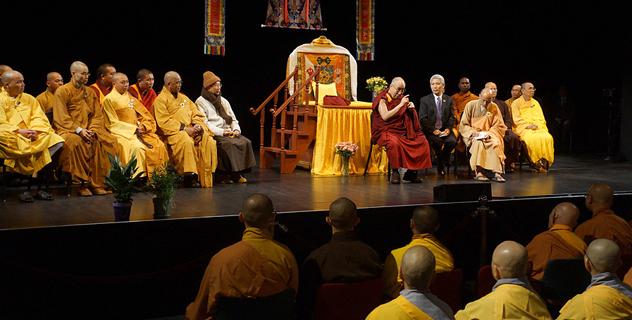 Далай-лама встретился с вьетнамскими буддистами, учениками средних и старших школ и мэром Луисвилля