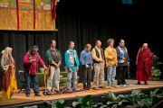 Его Святейшество Далай-лама слушает исполнение песни американских индейцев перед началом своей лекции в университете Портленда. Штат Орегон, США. 9 мая 2013 г. Фото: Дон Фарбер.