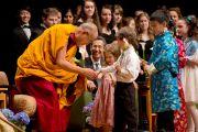 """Дети дарят цветы Его Святейшеству Далай-ламе перед началом межрелигиозной встречи """"Духовность и окружающая среда"""" в университете Портленда. Штат Орегон, США. 9 мая 2013 г. Фото: Дон Фарбер."""