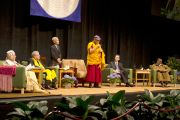 """Его Святейшество Далай-лама выступает на межрелигиозной встрече """"Духовность и окружающая среда"""" в университете Портленда. Штат Орегон, США. 9 мая 2013 г. Фото: Дон Фарбер."""