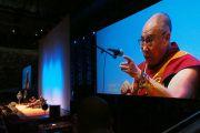 """Его Святейшество Далай-лама говорит о сострадании во время публичной лекции на стадионе """"Мемориальная арена ветеранов"""". Портленд, штат Орегон, США. 11 мая 2013 г. Фото: Дон Фарбер"""