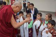 В Северо-восточной тибетской культурной ассоциации Его Святейшество Далай-ламу встречали маленькие дети. Портленд, штат Орегон, США. 12 мая 2013 г. Фото: Джереми Рассел (офис ЕСДЛ)