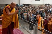 """Его Святейшество Далай-лама приветствует слушателей перед началом учений в центре """"Эллиент энерджи"""". Мэдисон, штат Висконсин, США. 14 мая 2013 г. Фото: Джереми Рассел (офис ЕСДЛ)."""
