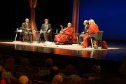 """Его Святейшество Далай-лама и другие участники дискуссии на послеобеденной сессии конференции """"Измени свой ум, измени мир"""" в центре Overture Center. Мэдисон, штат Висконсин, США. 15 мая 2013 г. Фото: Джереми Рассел (офис ЕСДЛ)."""