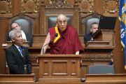 Его Святейшество Далай-лама выступает в парламенте штата Висконсин. Мэдисон, штат Висконсин, США. 14 мая 2013 г. Фото: Грег Андерсон