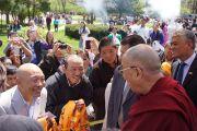 """Его Святейшество Далай-лама по прибытии в буддийский центр """"Олений парк"""". Мэдисон, штат Висконсин, США. 13 мая 2013 г. Фото: Джереми Рассел (офис ЕСДЛ)."""
