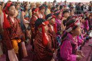 Юные тибетцы в национальных костюмах слушают Его Святейшество Далай-ламу во время его встречи с представителями тибетской общины. Мэдисон, штат Висконсин, США. 14 мая 2013 г. Фото: Джереми Рассел (офис ЕСДЛ).