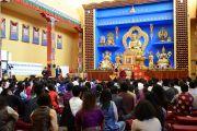Его Святейшество Далай-лама на встрече с тибетскими студентами. Мэдисон, штат Висконсин, США. 16 мая 2013 г. Фото: Шераб Лхацанг
