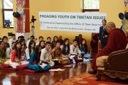 Его Святейшество Далай-лама на встрече с тибетскими студентами. Мэдисон, штат Висконсин, США. 16 мая 2013 г. Фото: Джереми Рассел (офис ЕСДЛ)