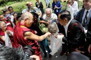 Его Святейшество Далай-лама прощается со своими поклонниками перед отъездом из Мэдисона. Штат Висконсин, США. 16 мая 2013 г. Фото: Тензин Валег