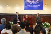 Его Святейшество Далай-лама на встрече с китайскими студентами. Мэдисон, штат Висконсин, США. 16 мая 2013 г. Фото: Джереми Рассел (офис ЕСДЛ)