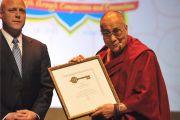 Мэр Нового Орлеана Митч Ландрё вручил Его Святейшеству Далай-ламе ключ от города.  Новый Орлеан, штат Луизиана, США. 17 мая 2013 г. Фото: Сонам Зоксанг