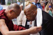 Его Святейшество Далай-лама подносит хадак, церемониальный тибетский шарф, Джону Льюису, члену палаты представителей конгресса США. Новый Орлеан, штат Луизиана, США. 17 мая 2013 г. Фото: Джереми Рассел (офис ЕСДЛ)