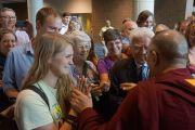 Его Святейшество Далай-лама приветствует своих поклонников по завершении лекции в конференц-центре им. Эрнста Мориала. Новый Орлеан, штат Луизиана, США. 17 мая 2013 г. Фото: Джереми Рассел (офис ЕСДЛ)