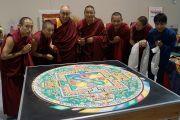 Его Святейшество Далай-лама с монахами монастыря Дрепунг Лоселинг возле построенной монахами мандалы. Новый Орлеан, штат Луизиана, США. 17 мая 2013 г. Фото: Джереми Рассел (офис ЕСДЛ)
