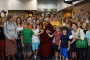 Его Святейшество Далай-лама фотографируется на память со школьниками в конференц-центре в Новом Орлеане. Штат Луизиана, США. 17 мая 2013 г. Фото: Джереми Рассел (офис ЕСДЛ)