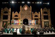 Его Святейшество Далай-лама выступает с речью на торжественной церемонии вручения дипломов в Тулейнском университете. Новый Орлеан, штат Луизиана, США. 18 мая 2013 г. Фото: Sabree Hill