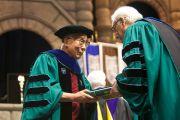 Президент Тулейнского университета Скотт С. Коуэн вручает Его Святейшеству Далай-лама почетную степень университета перед началом торжественной церемонии вручения дипломов. Новый Орлеан, штат Луизиана, США. 18 мая 2013 г. Фото: Sabree Hill