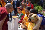 Его Святейшество Далай-ламу встречают традиционными подношениями в институте Дрепунг Гоманг. Луисвилль, штат Кентукки, США. 19 мая 2013 г. Фото: Джереми Рассел (офис ЕСДЛ)