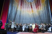 Выступление хора во время межрелигиозной церемонии с участием Его Святейшества Далай-ламы и других религиозных лидеров в Yum Center. Луисвилль, штат Кентукки, США. 19 мая 2013 г. Фото: Сонам Зоксанг