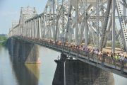 Очередь из людей, желающих попасть в Yum Center, чтобы послушать Его Святейшество Далай-ламу, протянулась через весь мост памяти Джорджа Роджерса. Луисвилль, штат Кентукки, США. 19 мая 2013 г. Фото: Сонам Зоксанг