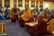 Его Святейшество Далай-лама читает молитвы на церемонии освящения нового зала в институте Дрепунг Гоманг. Луисвилль, штат Кентукки, США. 19 мая 2013 г. Фото: Джереми Рассел (офис ЕСДЛ)