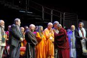 Его Святейшество Далай-лама здоровается с представителями различных религий перед началом межрелигиозной церемонии в Yum Center. Луисвилль, штат Кентукки, США. 19 мая 2013 г. Фото: Сонам Зоксанг