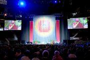 """Его Святейшество Далай-лама во время своего выступления """"Притяжение сострадания"""" в Yum Center. Луисвилль, штат Кентукки, США. 19 мая 2013 г. Фото: Сонам Зоксанг"""