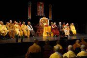 Его Святейшество Далай-лама встречается с группой монахов из Вьетнама, а также с местными жителями в Кентуккийском центре искусств. Луисвилль, штат Кентукки, США. 21 мая 2013 г. Фото: Джереми Рассел (офис ЕСДЛ)