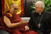 Его Святейшество Далай-лама и архиепископ Джозеф Куртц. Луисвилль, штат Кентукки, США. 20 мая 2013 г. Фото: Джереми Рассел (офис ЕСДЛ)
