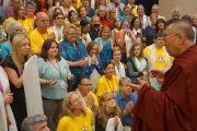 Его Святейшество Далай-лама беседует с организаторами и волонтерами из института Дрепунг Гоманг по окончании трехдневного визита в Луисвилль. Штат Кентукки, США. 21 мая 2013 г. Фото: Джереми Рассел (офис ЕСДЛ)