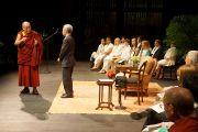 Его Святейшество Далай-лама встречается с учениками средней и старшей школы в Кентуккийском центре искусств. Луисвилль, штат Кентукки, США. 21 мая 2013 г. Фото: Джереми Рассел (офис ЕСДЛ)