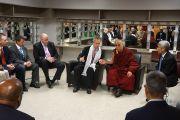 Его Святейшество Далай-лама на встрече с мэром Луисвилля Гэри Фишером по окончании лекций в Кентуккийском центре искусств. Луисвилль, штат Кентукки, США. 21 мая 2013 г. Фото: Джереми Рассел (офис ЕСДЛ)